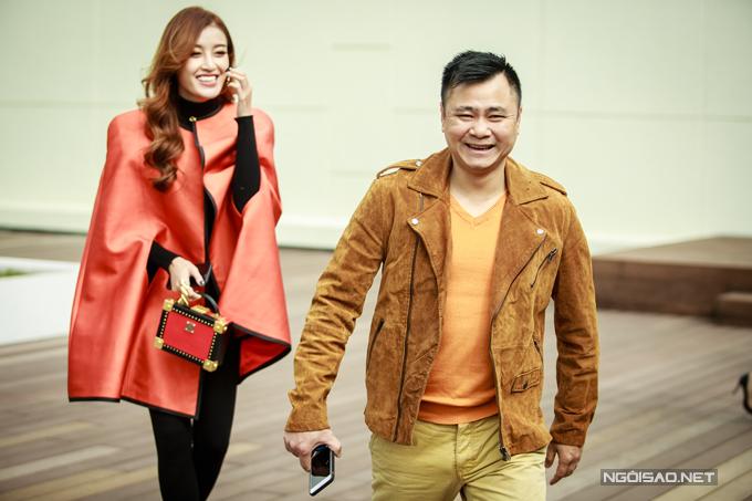 Nghệ sĩ Tự Long khi gặp Huyền My đang tạo dáng chụp hình đã vui vẻ trêu chọc.