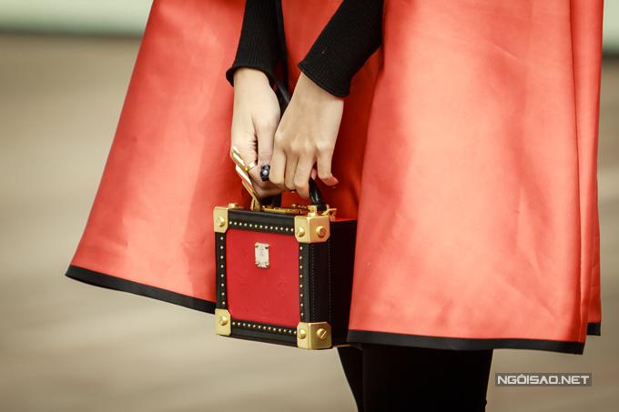 Cô khoe khéo chiếc túi hiệu đắt đỏ tại event hôm qua. Á hậu vốn là một tín đồ hàng hiệu khi sở hữunhiều túi xách, giày dép, đồng hồ của các thương hiệu nổi tiếng trên thế giới.