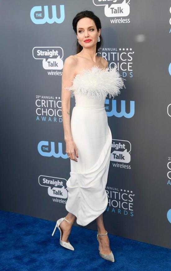 Angelina Jolie lựa chọn bộ đầm trắng bó sát tới thảm đỏ Critics Choice Awards ở Santa Monica, California tối thứ 5.