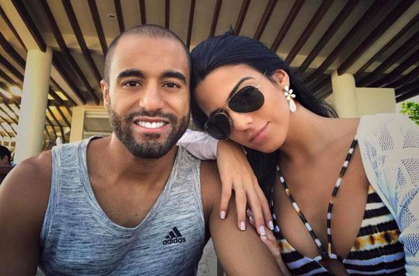 The Sun cho biết, đôi uyên ương từng là bạn rất thân suốt 4 năm trước khi tình bạn chuyển sang tình yêu qua sự tác động của cậu bạnThiago Nicacio cũng là luật sư của Moura.
