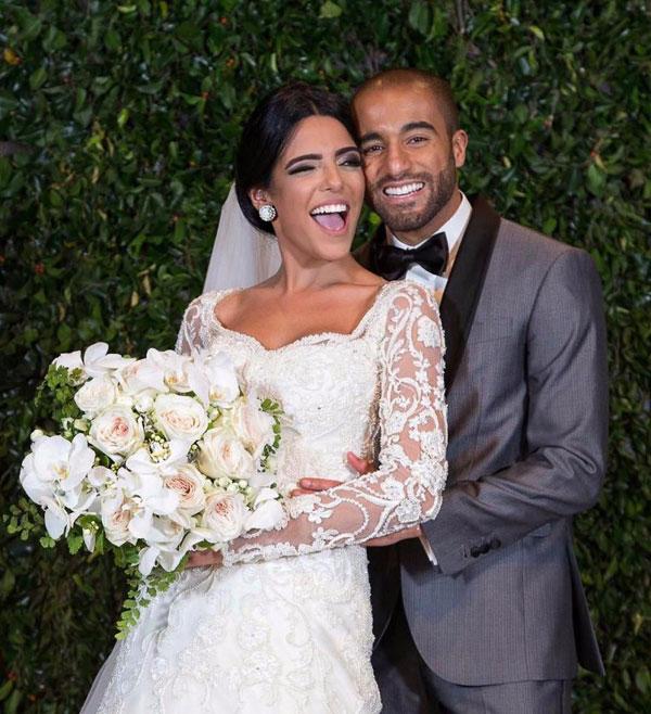 Tiền vệ Lucas Moura kết hôn với người đẹp Larissa Saad vào ngày 23/12/2016 sau một năm chính thức hẹn hò. Trong đám cưới của đôi trai tài gái sắc, cựu danh thủ điển trai Kaka cũng lần đầu giới thiệu bạn gái Carolina Dias.