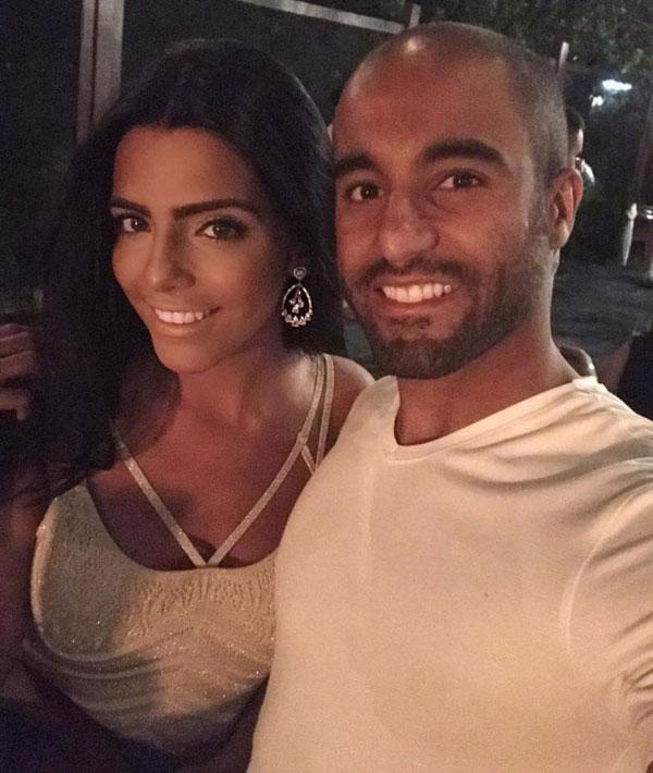 Vợ sao PSG sinh ra trong một gia đình giàu có ở Brazil nhưng mang dòng máu Libăng. Larissa Saad không chỉ có nhan sắc mà còn là một phụ nữ có học thức, đã lấy bằng kinh doanh tại quê nhà.