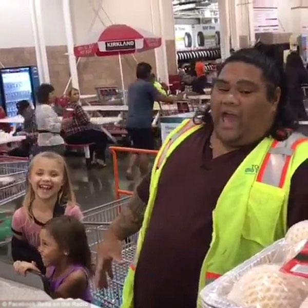 Chàng thu ngân Maui cùng hét chee-hoo với hai bé gái.