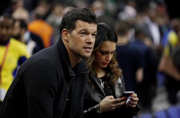 Michael Ballack, cựu sao Chelsea, cũng đưa bạn gái tới O2 Arena.