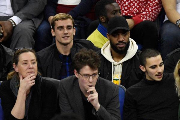 Từ Tây Ban Nha, Antoine Griezmann cũng bay tới Anh xem bóng rổ cùng đồng hươngAlexandre Lacazette (Arsenal)