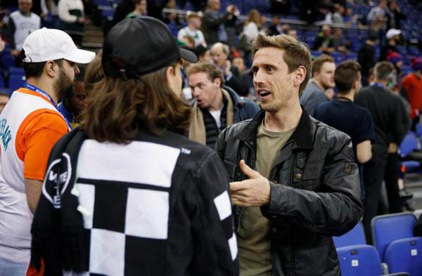 Nacho Monreal, hậu vệ Arsrenal tay bắt mặt mừng với đồng nghiệp.