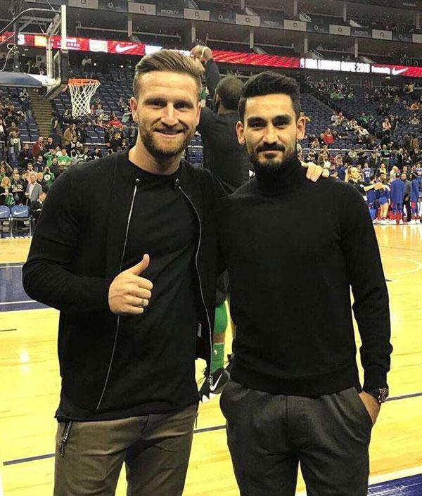 Shkodran Mustafi của Arsenal và Ilkay Gundogan của Man City, bộ đôi cầu thủ Đức đang thi đấu ở Premier League.