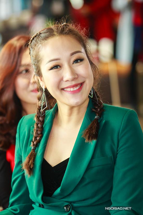 Diện vest xanh nổi bật, Hoa hậu Thế giới người Việt 2007 còn tết tóc hai bên rất trẻ trung.