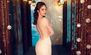 Đan Lê táo bạo hở trọn lưng trần khi mặc váy cưới
