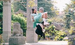 Ưng Hoàng Phúc bế Kim Cương chụp ảnh cổ trang