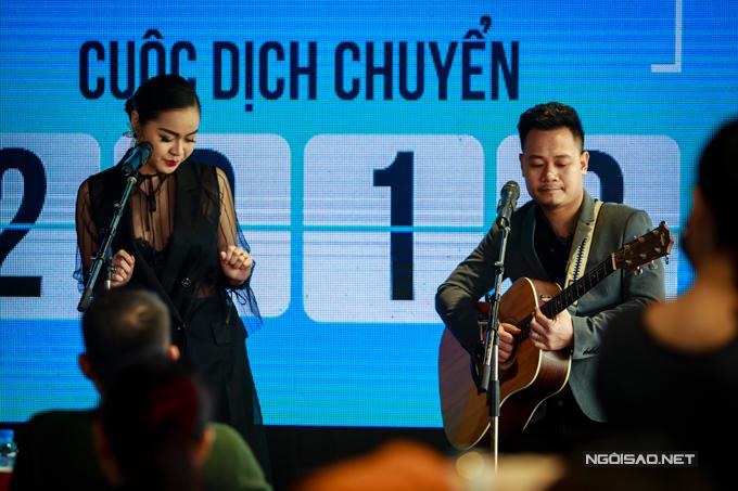 Cả hai còn góp vui bằng một tiết mục ca nhạc đặc sắc để chúc mừng VTV6 đã bước sang năm thứ11.
