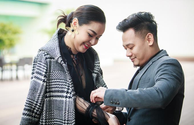 Ca sĩ Vũ Hạnh Nguyên được bạn trai - nhạc sĩ Nguyễn Đức Cường chăm sóc khi xuất hiện trong chương trình.