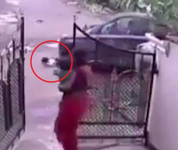Khi thấy con bị xe đâm, người mẹ mới vội vàng chạy từ trong nhà ra.