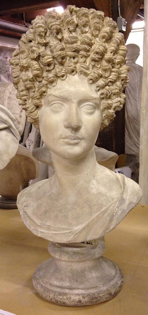 Lông mày dính liền nhau Phụ nữ Hy Lạp thích vẽ lông mày dính liền vào nhau để chứng tỏ sự thông minh và trong sáng.