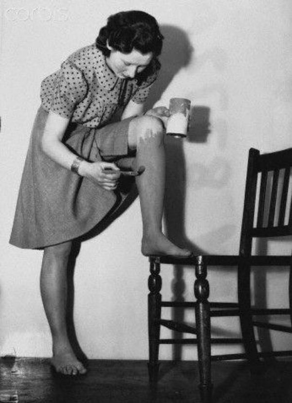 Sơn lên chân để có làn da bánh mật Trào lưu này rất thịnh hàng thời Thế chiến thứ hai. Thời kỳ này, nguồn nylon bị thiếu hụt dẫn tới việc không sản xuất đủ quần tất cho phụ nữ nên để có đôi chân màu bánh mật quyến rũ, các cô gái đã phết sơn lên chân.