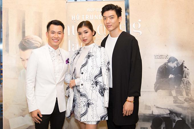 Hồ Trung Dũng chụp ảnh cùng người mẫu Đồng Ánh Quỳnh và đạo diễn Trần Trung Lĩnh.