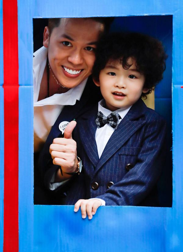 Chồng Diễm Hương từng chia sẻ trên một show truyền hình rằng vợ chồng anh có cách dạy con khác nhau. Trong khi hoa hậu thích tỉ tê, tâm sự với con thì ông xã nghiêm khắc với bé hơn.