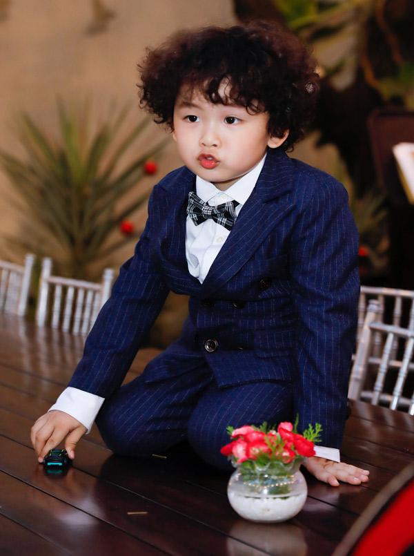 Hoàng tử bé bảnh bao khi diện vest trong ngày sinh nhật.