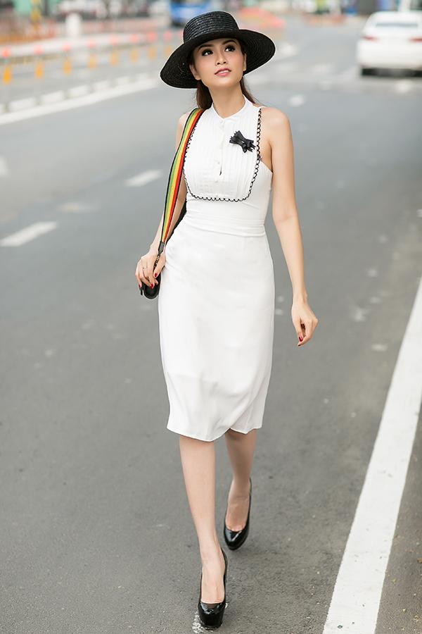 Đi cùng các mẫu váy mang tính ứng dụng cao và tôn vẻ đẹp thanh nhã cho người mặc là các mẫu phụ kiện hot trend như mũ nồi, mũ rộng vành, túi mini, túi đeo chéo.