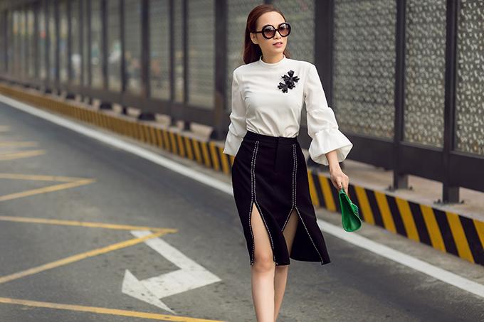 Bộ ảnh được thực hiện với sự hỗ trợ của nhiếp ảnh Chanh, trang điểm và làm tóc Nga Lis, trang phục Thanh Trúc Trương.