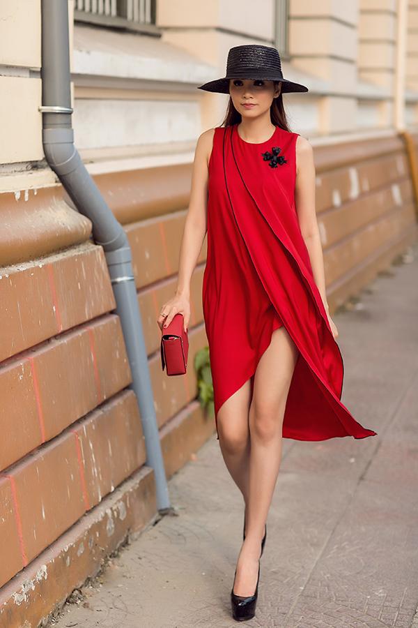 Sử dụng màu đơn sắc như trắng, đỏ, đen nhưng chính việc tập trung một cách tỉ mỉ cho phần dựng phom, tạo khối đã giúp mỗi mẫu váy có những điểm nhấn mới. Trang phục tối giản nhưng vẫn giúp phái đẹp nổi bật và khoe vẻ gợi cảm một cách ý nhị.