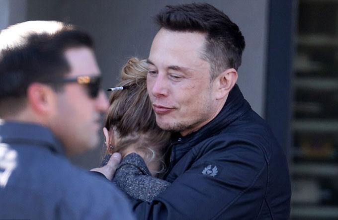 Elon Musk ôm Amber bên ngoài nhà hàng ở Los Angeles hôm 21/12.
