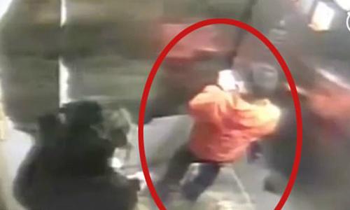 Bé 9 tuổi tử vong sau khi bị mẹ dùng gậy đánh vì làm mất điện thoại