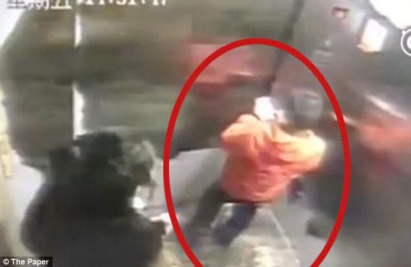 Ming Ming chơi điện thoại trong thang máy trước khi làm mất. Ảnh: The Paper