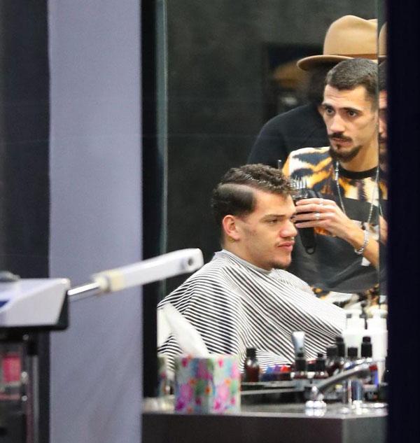 Thủ môn Man City tới cửa hàng cắt tóc mang tên Pascha ởAlderley Edge, Cheshire lúc 4h20. Để được thoải mái và an tâm, Ederson đưa cả thợ cắt tóc riêng đến.