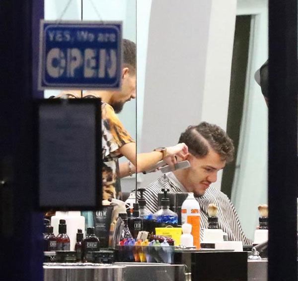 Ederson mất 90 phút ngồi trong cửa hàng cắt tóc.