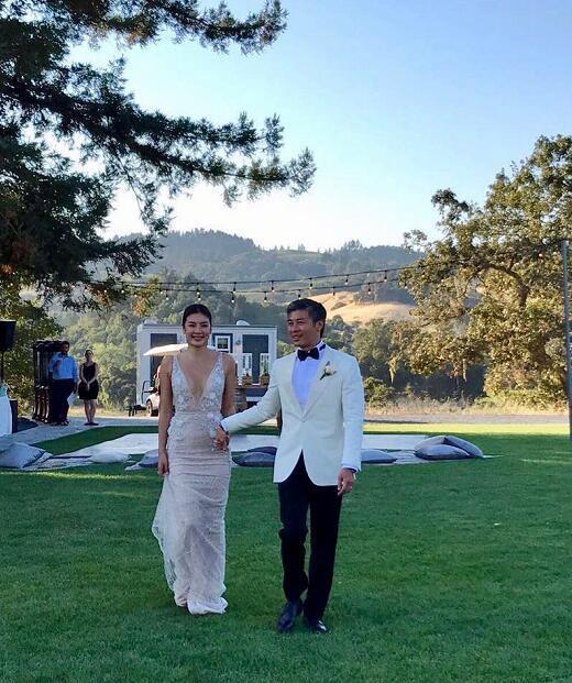 Lê Minh và chồng mới trong ngày cưới.