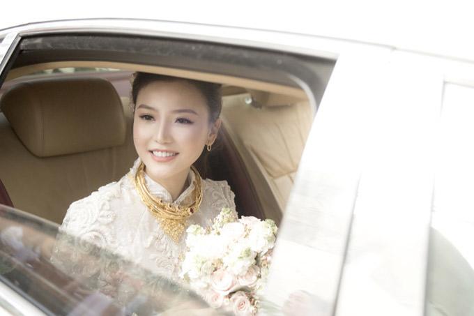 Cô dâu đeo vàng đầy cổ rạng rỡ hạnh phúc trên xe hoa về nhà chồng.