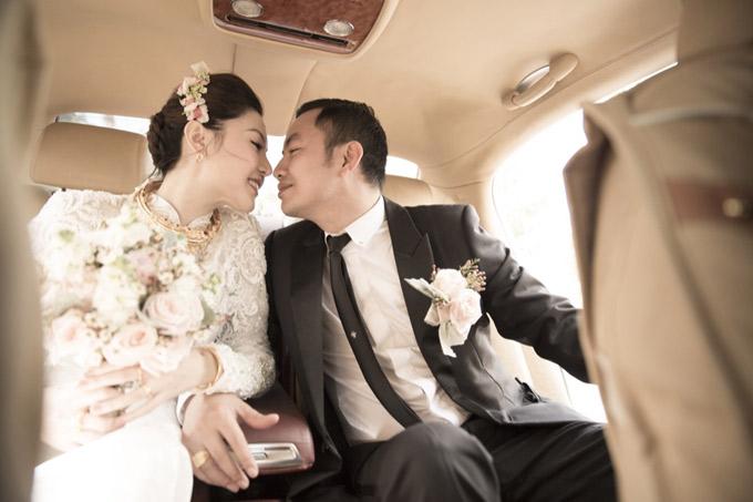Khoảnh khắc ngọt ngào của tân lang tân nương. Ngày mai, vợ chồng Ngọc Duyên làm tiệc cưới tại Hà Nội, đãi bạn bè, đồng nghiệp họ trai.