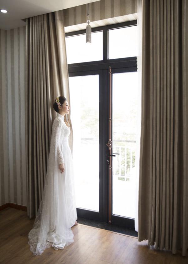 Cô dâu lộng lẫy như nữ hoàng, đứng trông ngóng chú rể tới rước về dinh.