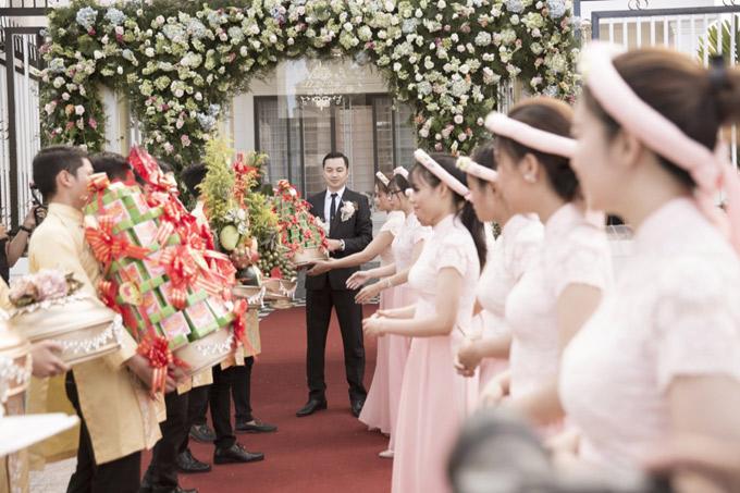 Doanh nhân Đỗ Anh Tuấn - chồng Ngọc Duyên hiện là chủ tịch hội đồng quản trị một tập đoàn bất động sản. Nhà trai đẹp nhiều lễ vật được chuẩn bị công phu tới nhà gái.