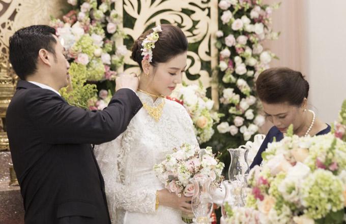 Chú rể tự tay đeo trang sức cưới cho vợ yêu.