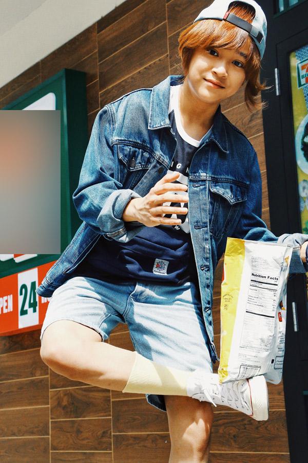 Thiên Khôi ăn mặc bụi bặmdạo chơi trên đường phố Mỹ.
