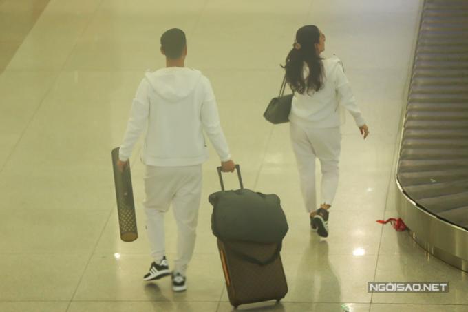 Cặp đôi mặc ton-sur-ton trắng mang phong cách thể thao.