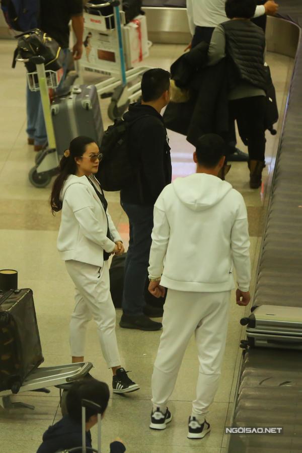 Chuyến bay của cặp đôi bị hoãn nên về muộn hơn 2 tiếng so với dự kiến.