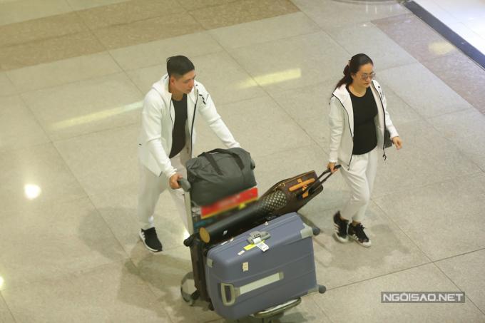 Do khá mệt mỏi nên vợ chồng nam diễn viên nhanh chóng lấy hành lý rồi ra xe về.