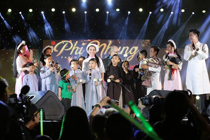 Đây cũng là dịp để Phi Nhung khoe với khán giả những người con nuôi mà cô đang đỡ đầu.