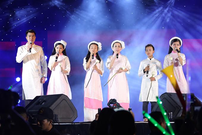 Trong đó có các ca sĩ quen thuộc như Phú Quý, Tuyết Nhung, Hồ Văn Cường, Thiêng Ngân... Mấy mẹ con đã hoà giọng trong ca khúc Mẹ ơi, mai con về trong album mới phát hành.