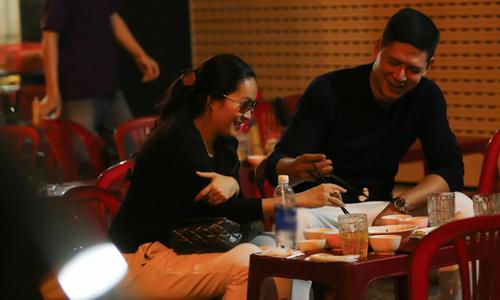 Vợ chồng Bình Minh đi ăn lúc nửa đêm sau khi từ Hàn Quốc về