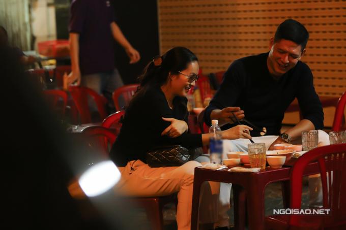 Khuya qua, sau khi rời khỏi sân bay, vợ chồng Bình Minh ghé một tiệm ăn lề đường để ăn lót dạ.
