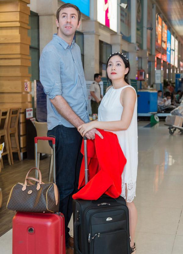 Lan Phương và bạn trai ở sân bay trước khi lên đường sang Anh thăm gia đình.