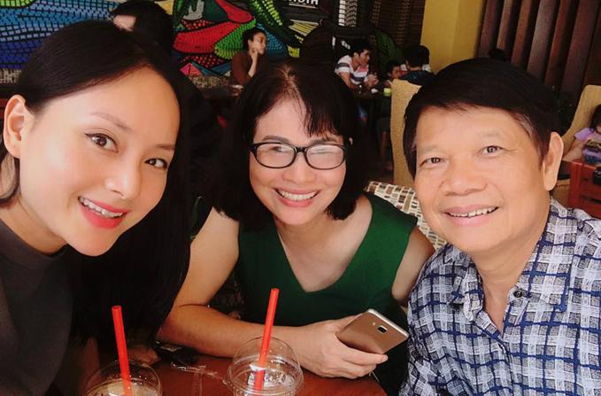 Lan Phương vui vẻ đi cà phê với bố mẹ.
