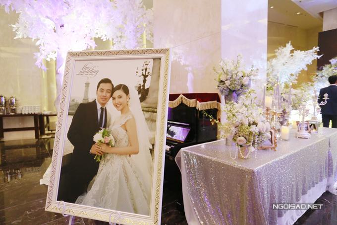 Ở phần sảnh đón tiếp,ảnh cưới của đôi uyên ương được trưng bày để các vị quan khách có thể chiêm ngưỡng.