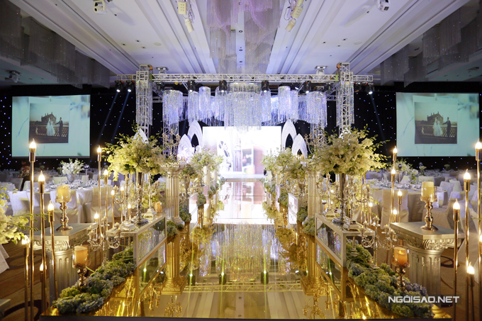 Đường băng dẫn vào sân khấu, nơi đôi uyên ương làm lễ được phủ một màu ánh kim và đèn pha lê lung linh.