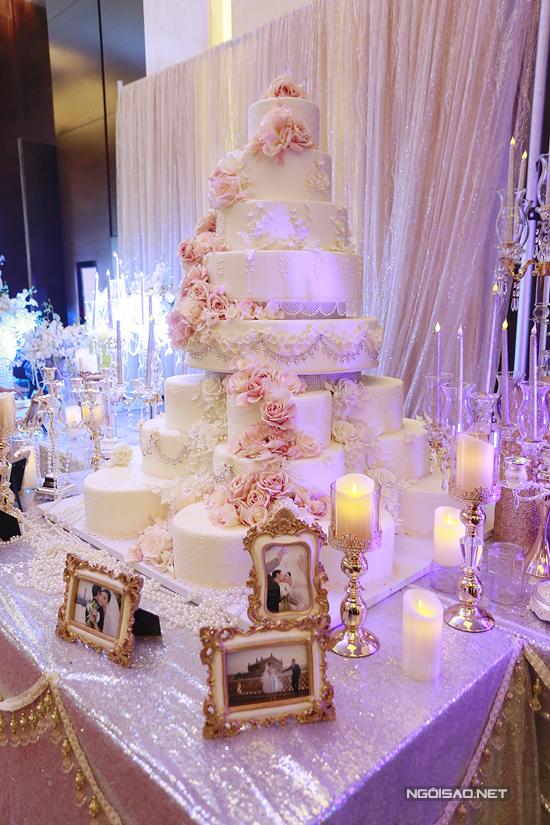 Chiếc bánh cưới khủng được cặp đôi chuẩn bị cho phần lễ.