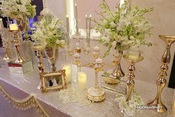Những khung cảnh cưới nhỏ xinh của Nữ hoàng sắc đẹp toàn cầu 2016 và chồng đại gia cũng được đặt rải rác trên bàn trang trí.